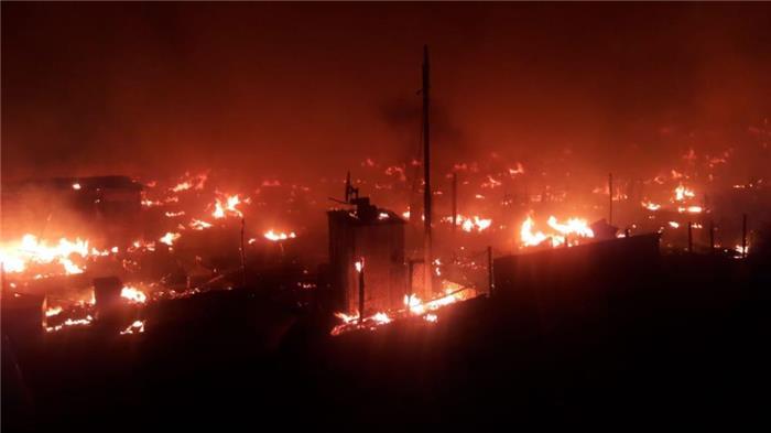 بالصور.. هكذا بدا مخيم المنية بعد إخماد الحرائق